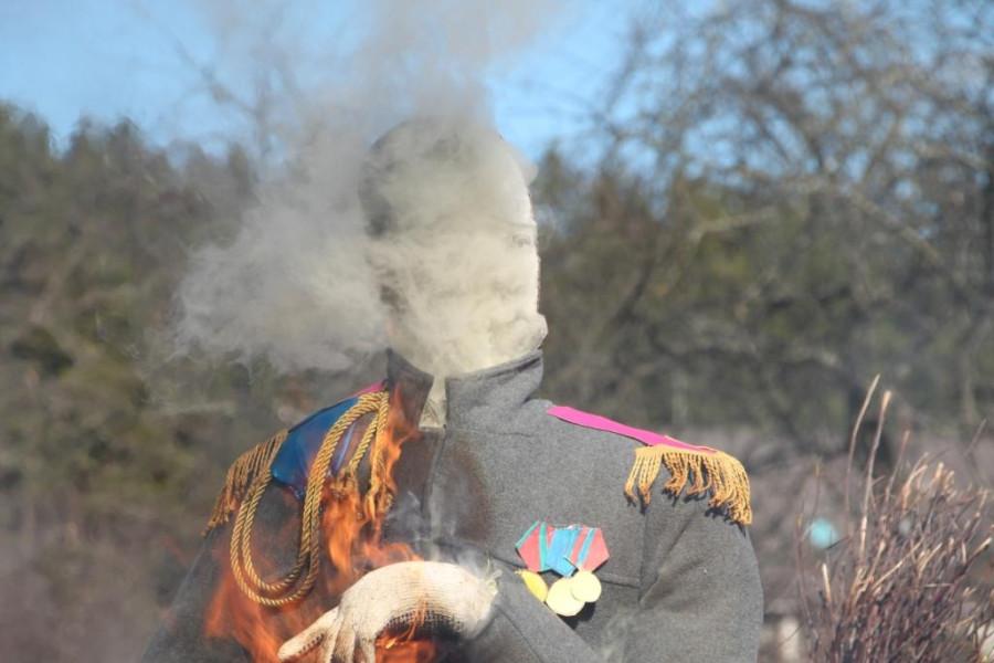 бюст Николая Второго горит