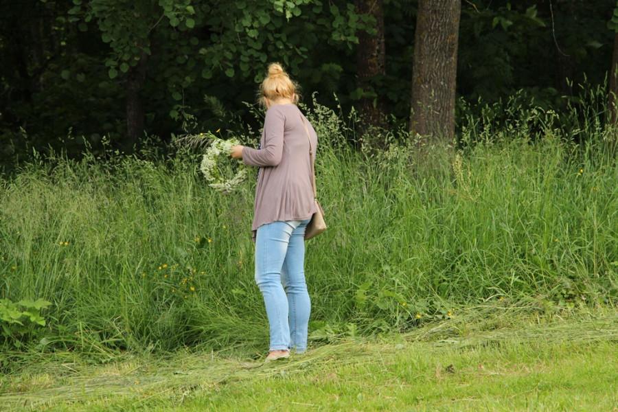 Йонинес. Девушка собирает цветы на цветок