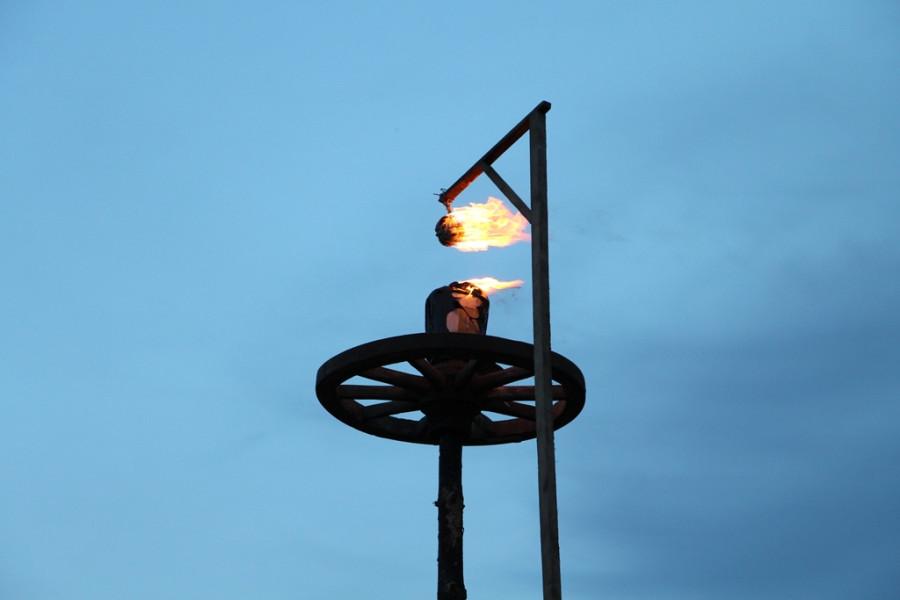 Йонинес. Зажжение колеса-солнца