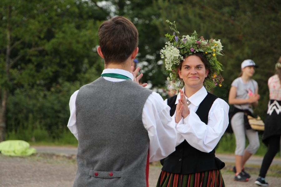 Йонинес. Пара латышей танцует