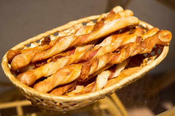 Хлебные палочки с сыром и беконом ( тесто от Ришара Бартине)