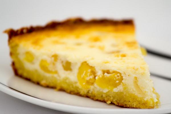 Тарт творожный с желтой черешней