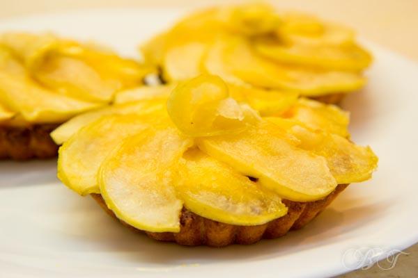 Тарталетки с заварным кремом под яблочной салфеткой
