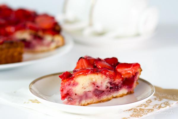 пирог творожный с клубникой