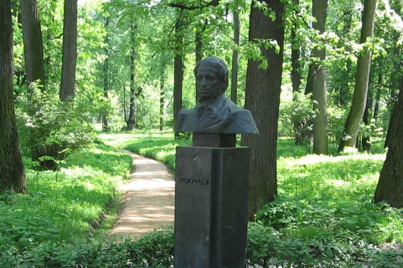 Памятник_Пушкину_в_усадьбе_Взёмы.JPG
