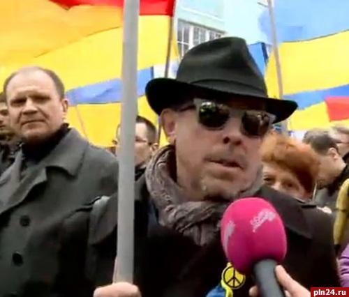 Макаревич с флагом.jpg