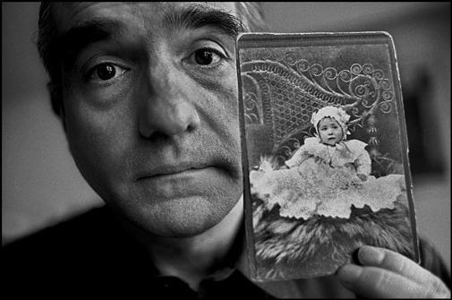Мартин Скорсезе с детской фотографией своей матери