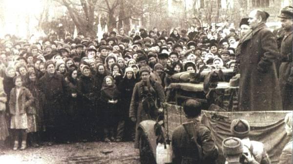 Первый секретарь Краснодарского крайкома ВКП(б), П.И. Селезнев выступает на митинге в освобожденном Краснодаре.jpg
