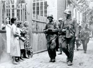 Группа гитлеровских солдат на одной из улиц Краснодара