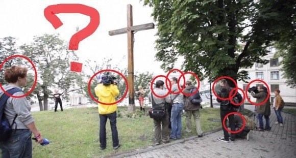 FEMEN пилят крест под собой