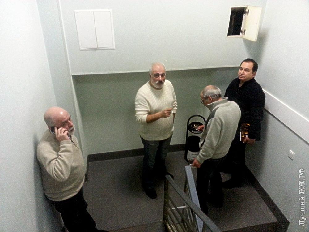 Перекур напоминал прогулку заключённых в тюремном дворике