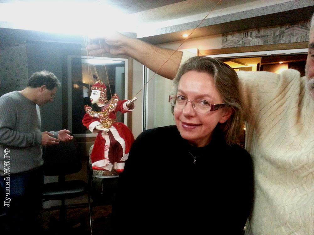 Алик Мнацаканян пристаёт к Елене Черниковой куклой.