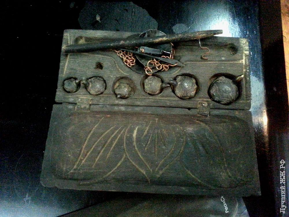 Упакованные весы для взвешивания золота, которое в Мьянме добывают прямо из реки