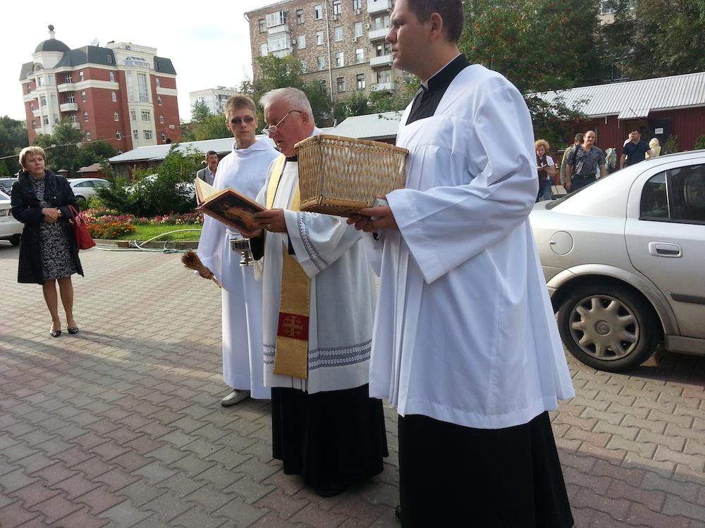 Настоятель Собора читает молитву освящения