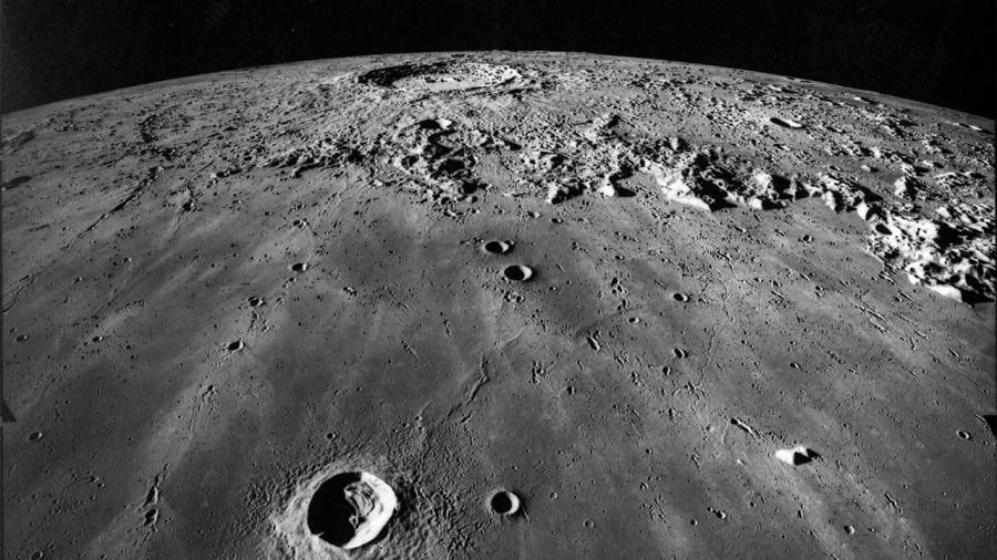 Аппарат LRO сфотографировал молодой лунный кратер