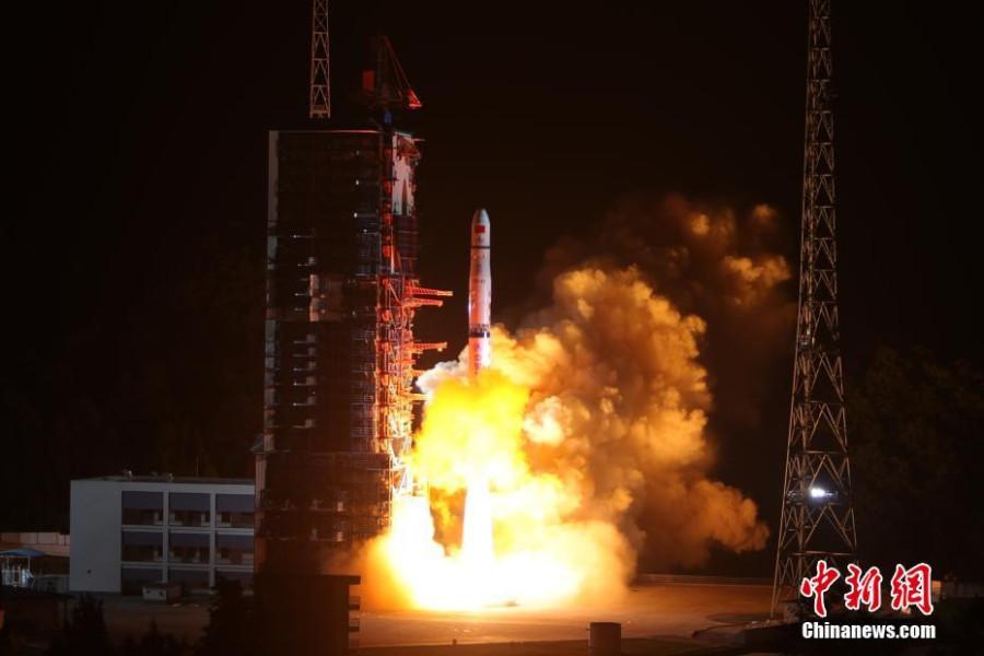 Китайский микроспутник сфотографировал восход Земли на Луной