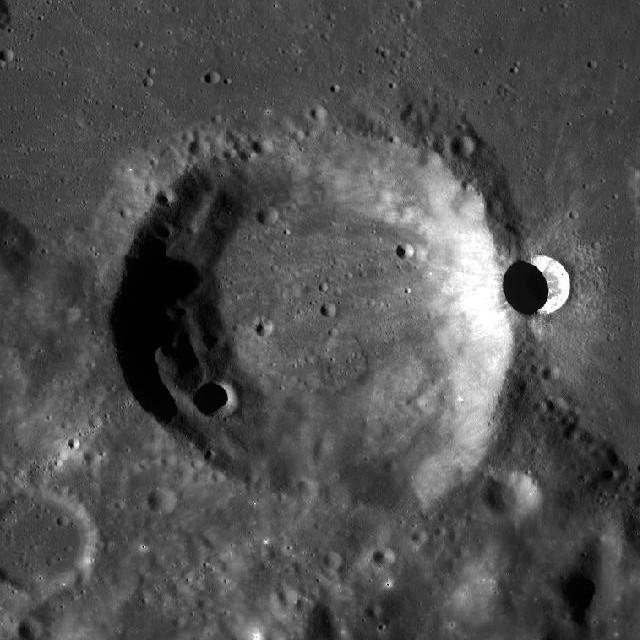 Аппарат LRO сфотографировал «двуликий» кратер Эймарт А Эймарт, склоне, кратера, участков, Кризисов, менее, западном, южном, склонах, более, наоборот, застывшие, восточном, немного, сравнительно, составляет, проявляется, ударом, расплавленным, западный