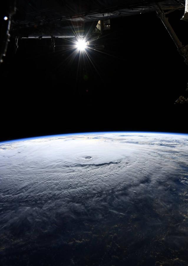 Выход в открытый космос, ураган Лейн и запуск Vega запечатлен, атмосферы, поверхности, августа, пределами, наконец, белый, Солнца, видимый, земной, обратить, внимание, состоявшийся, можно, Также, ураган, Гавайям, приближающийся, третьем, свежих