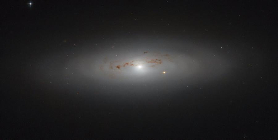«Хаббл» сфотографировал «запыленную» галактику в Большой медведице
