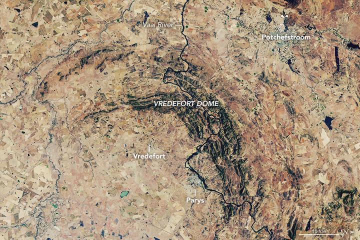 Спутник Landsat 8 сфотографировал кратер Вредефорт