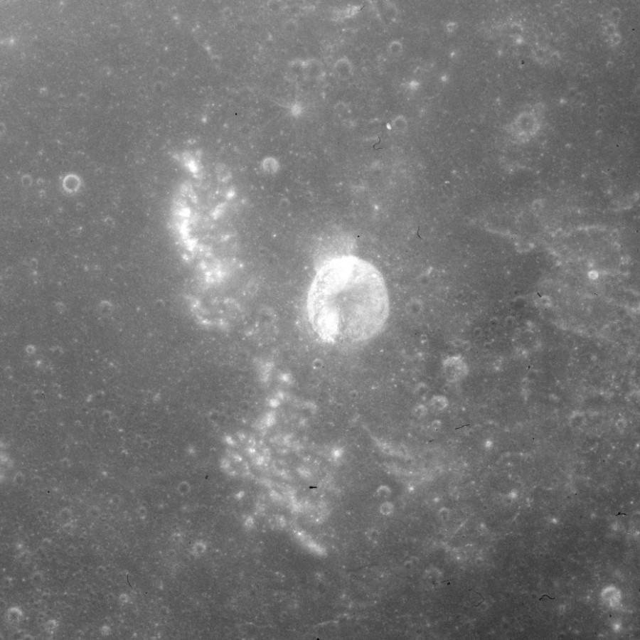 Слоеный кратер Валлаха кратера, более, поверхностью, смешение, кратеров, материалов, Снимок, снимке, блоками, сделанный, базальтовыми, экипажем, отломившимися, склону, «Аполлона11», заключается, необходимости, ударных, особенностей, скатившимися