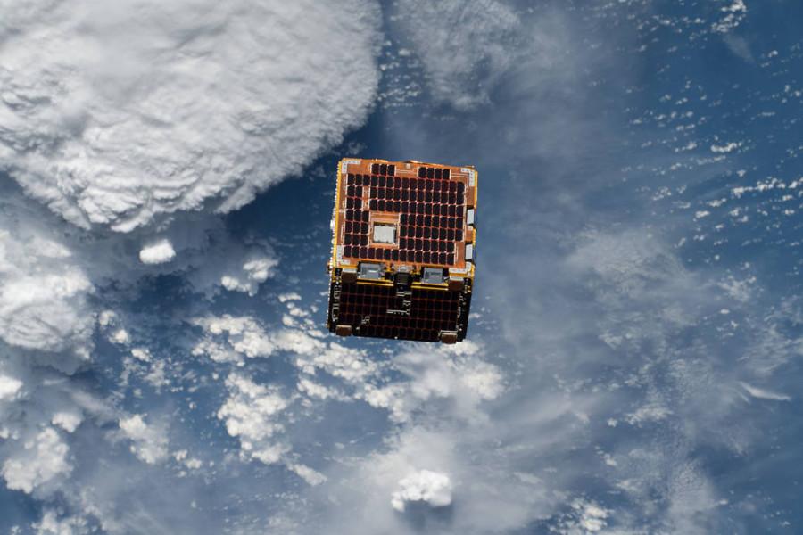 Спутник RemoveDEBRIS провел эксперимент по ловле космического мусора