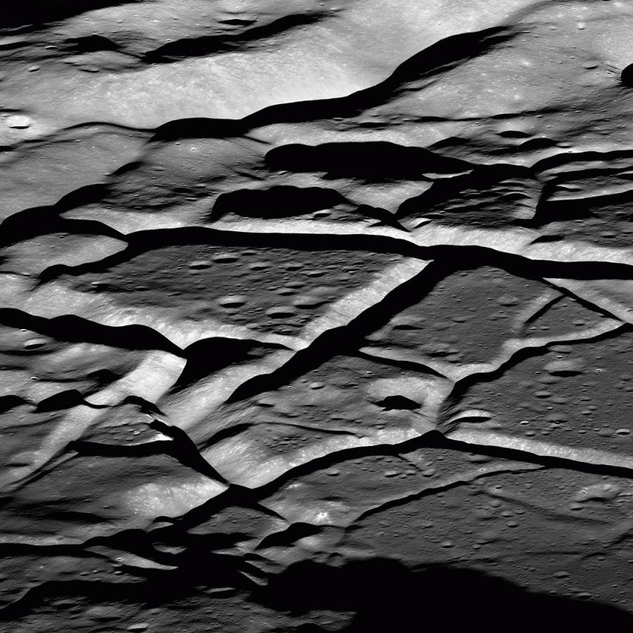 LRO сфотографировал борозды кратера Комарова