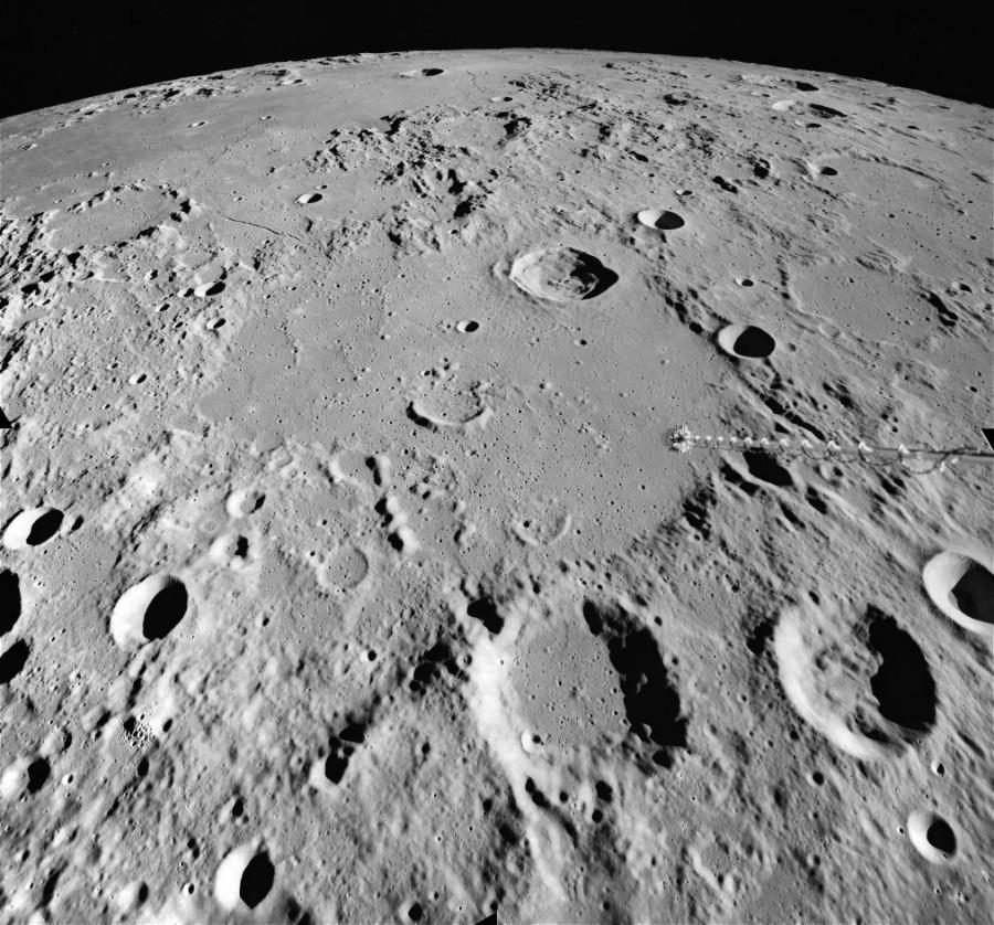 LRO сфотографировал свежий кратер на Луне