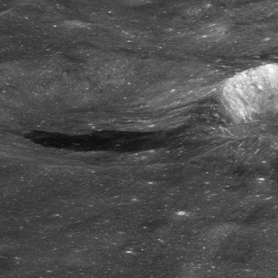 Застывшие лавовые потоки на дне кратера Королева
