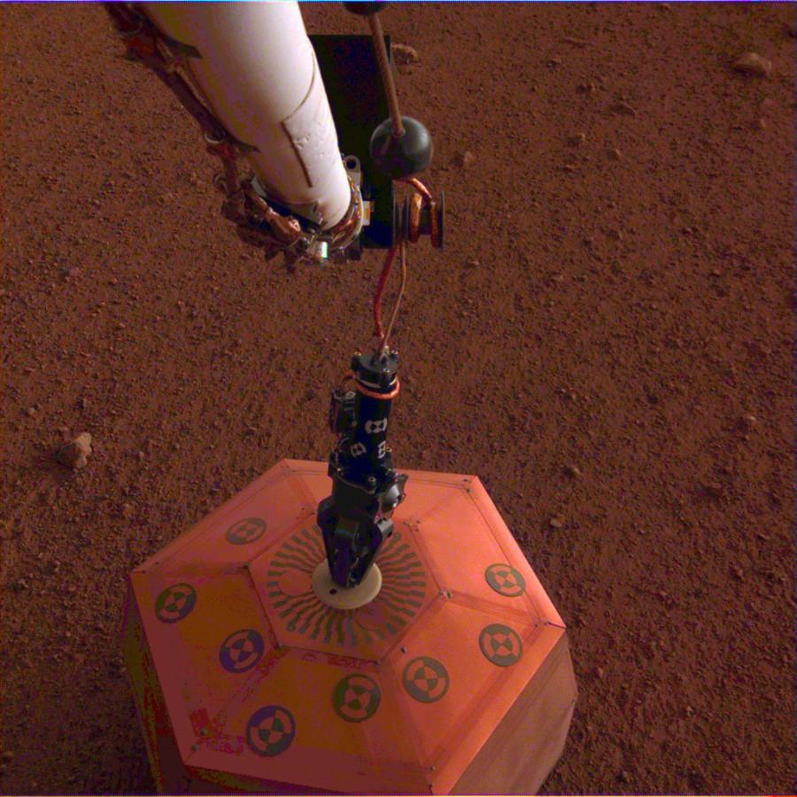 InSight выгрузил сейсмометр на марсианскую поверхность