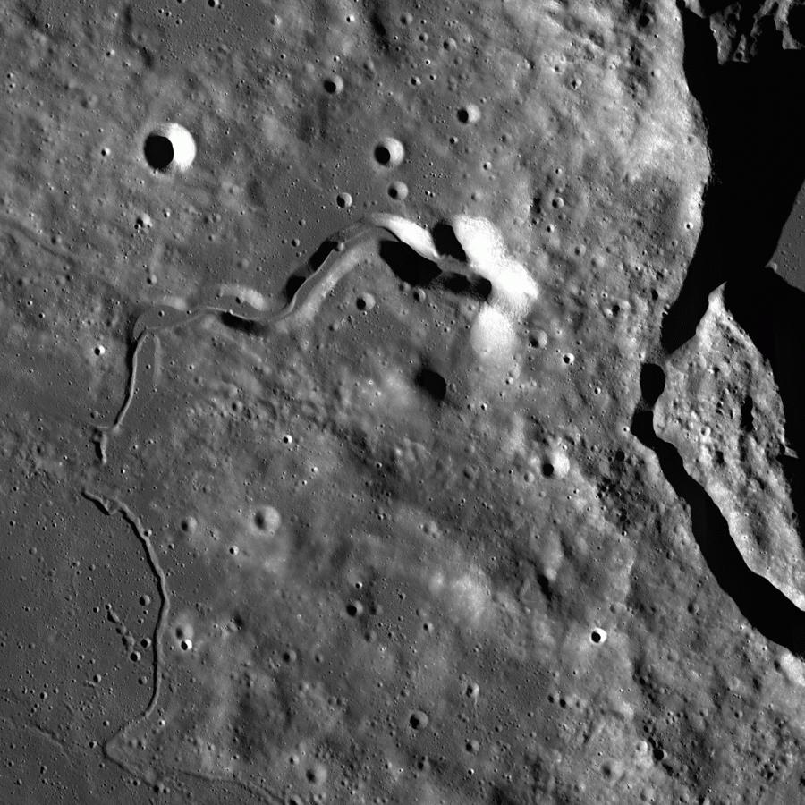 Западная часть кратера Платон на снимке LRO