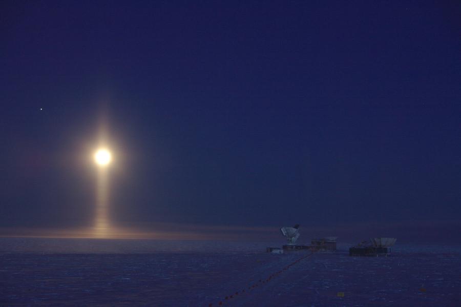 Световой столб над Южным полюсом