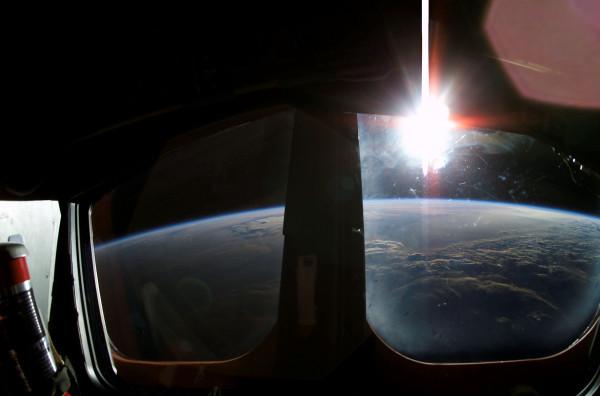 Рассвет с борта шаттла «Колумбия», Овал ВА и Луна над Бенгальским заливом