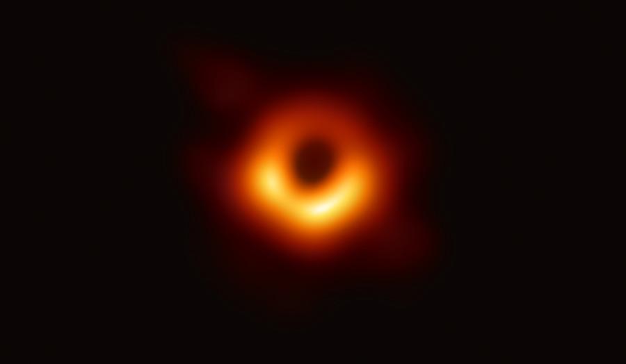 Первое в истории изображение «тени» сверхмассивной черной дыры