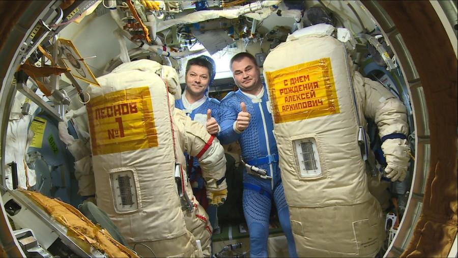 Российские космонавты поздравили Алексея Леонова с юбилеем