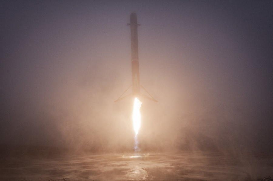 Посадка Falcon 9, крупнейший камень Бенну и спутник над Параналем