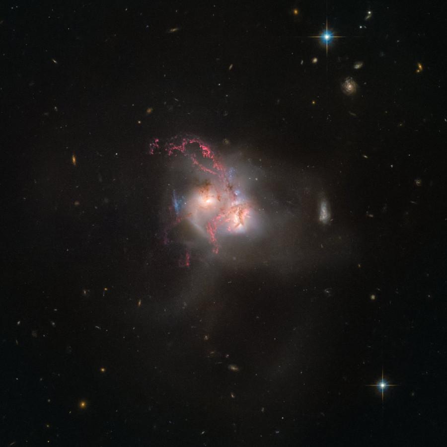 Закрученная галактика NGC 5256