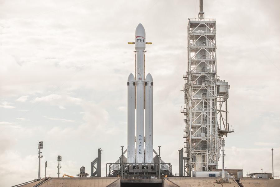 Falcon Heavy на стартовой площадке