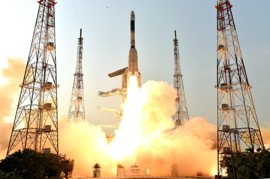 Потерян контакт с новым индийским спутником связи