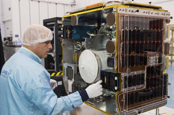 Dragon доставил на МКС экспериментальный «спутник-уборщик»