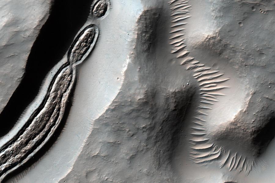 Необычные структуры в марсианском кратере