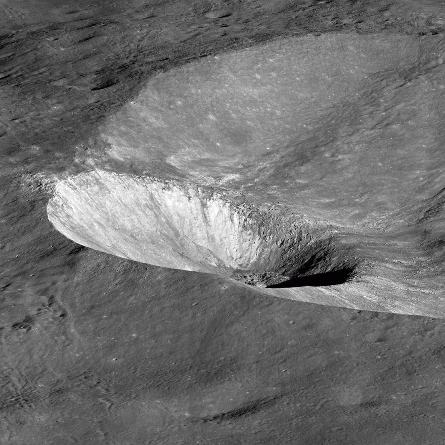 «Наклоненный» кратер Хоука
