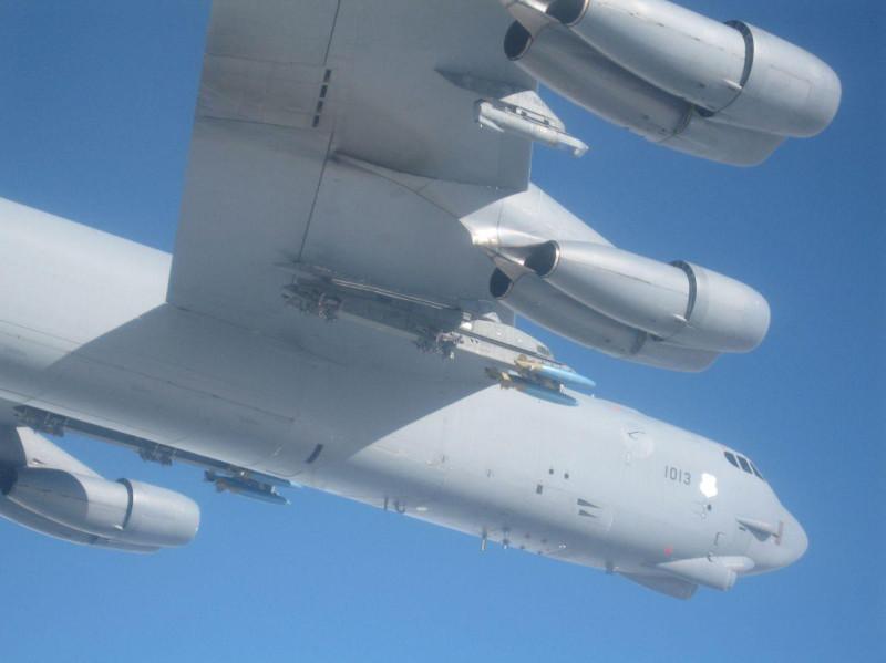 Бомбовоз тупых пиндосов B-52, снятый из кабины русского истребителя-перехватчика над Балтийским морем.