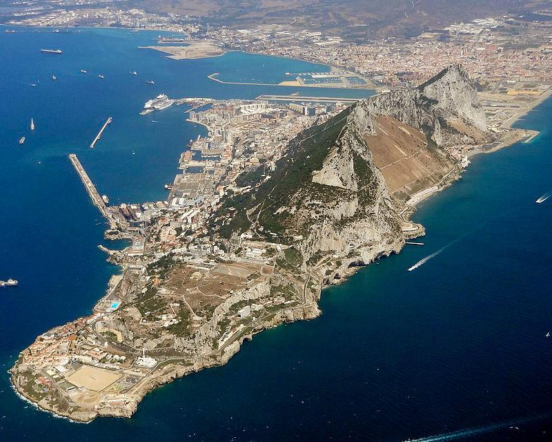 """Вид Гибралтара с высоты птичьего полета. Древние греки называли горы Гибралтара """"Геркулесовыми столбами""""."""