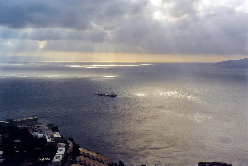 Гибралтарский пролив. Справа на горизонте - Африка (берег Марокко), слева - Европа (Гибралтар). Длина пролива составляет 59 км, ширина - 14-45 км. Тот, кто контролирует этот узкий проход из Атлантики в Средиземное море - тот держит ключ ко всей Европе, Северной Африке и к Ближнему Востоку.