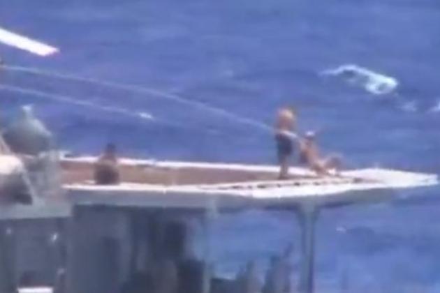 """Русские моряки из экипажа """"Адмирала Виноградова"""" загорают на вертолетной площадке. На проплывающих мимо тупых пиндосов они смотрят как на говно."""