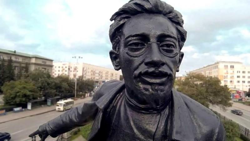 Памятник большевицкому местечковому палачу и дегенерату Якову Свердлову в Свердловске-Ебурге. Этот город достоин только таких памятников, а не прекрасных православных храмов.