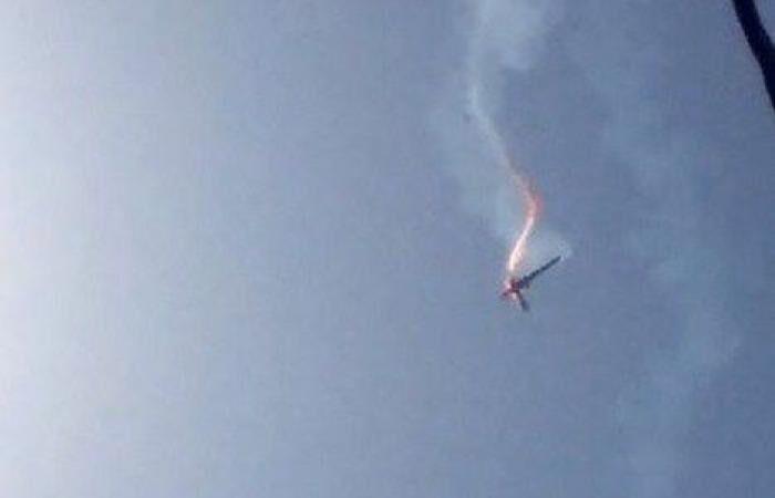 """Горящий и дымящийся беспилотник тупых пиндосов RQ-4 Goobal Hawk, сбитый доблестными силами ПВО Ирана, падает на землю. Как и вся """"великая Америга""""."""