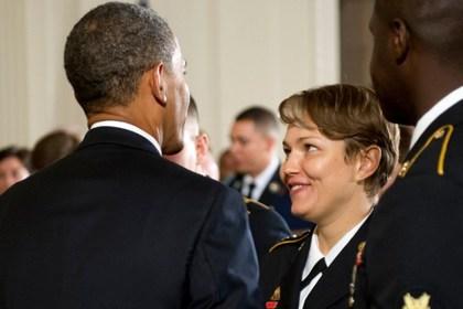Убитая тупыми пиндосами Алла Аушева во время встречи с Обамой. В Пиндостан она уехала в 2011 году после выигрыша грин-карты, а спустя год получила гражданство. Служила в Национальной гвардии США на должности технического специалиста.
