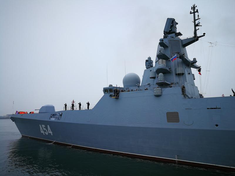 "Русский фрегат ""Адмирал Горшков"" во время морского парада в Циндао."